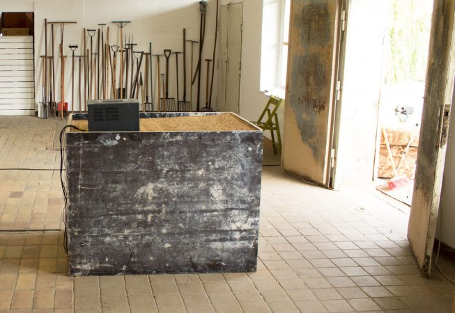 Exhibition Titel: Tools, 2015<br />Material:shuttering wood, monitor, film: sand-removal<br />Venue: Alte Molkerei, Radebeul